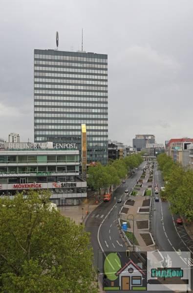 Берлин. Вид на улицу Tauentzienstraße, торговый центрEuropa-Center и офисное здание Büroturm. Фотография загружена из Википедии. Автор фото —  A.Savin.