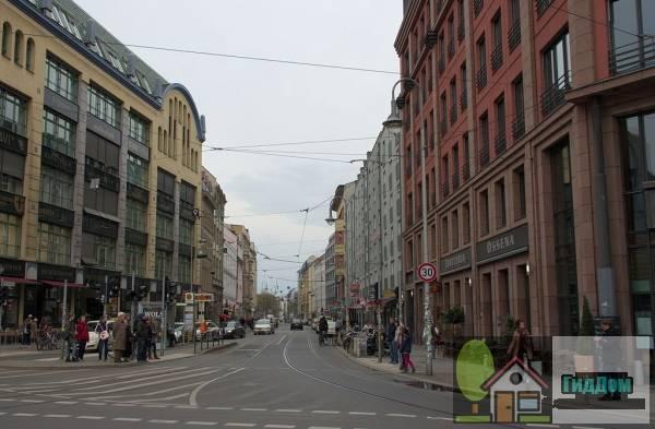 Берлин. Вид на квартал Hackescher Markt и улицу Rosenthaler Straße. Фото загружено из Википедии. Автор снимка — © DrKssn.