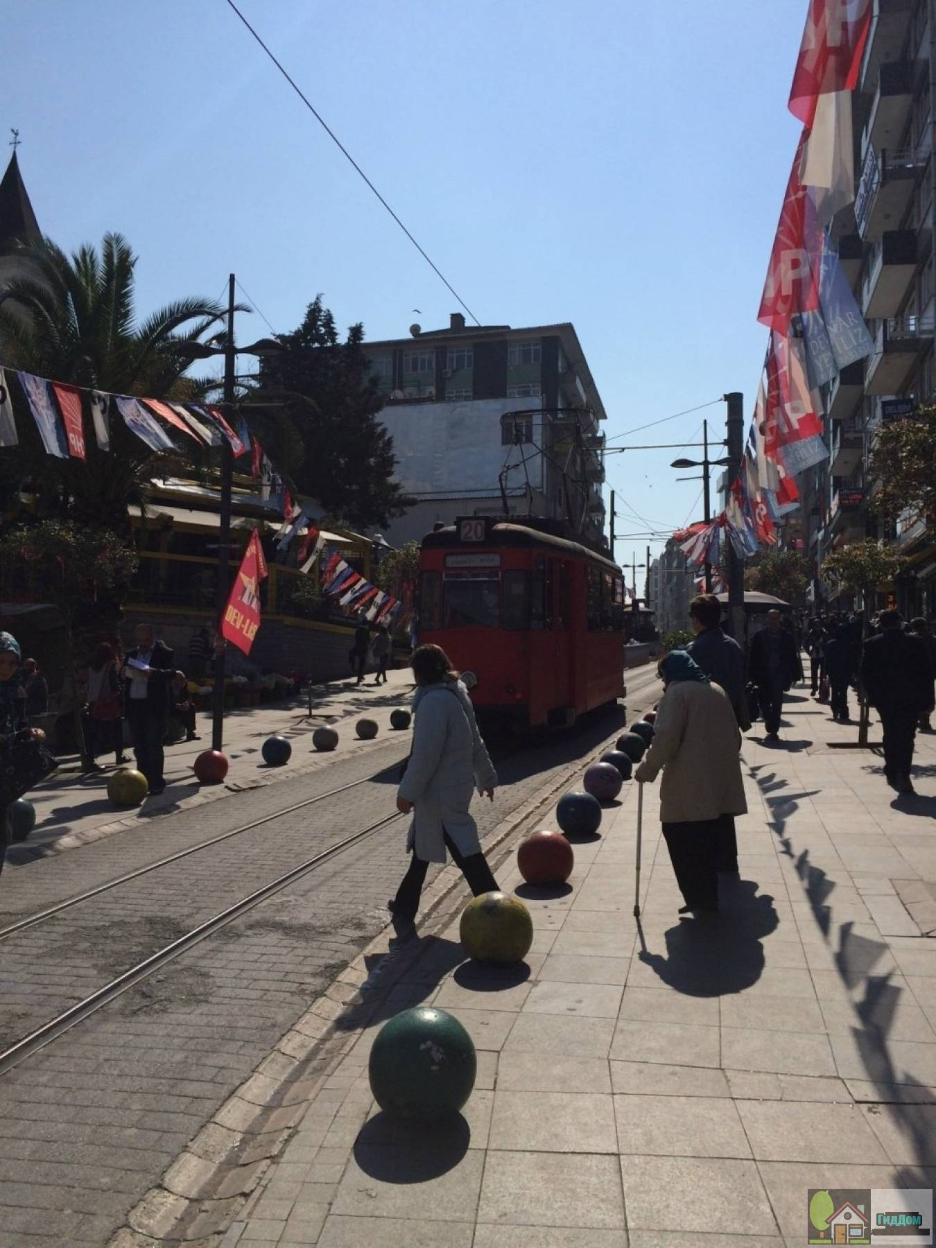 Трамвай на улице Бахарие в Стамбуле
