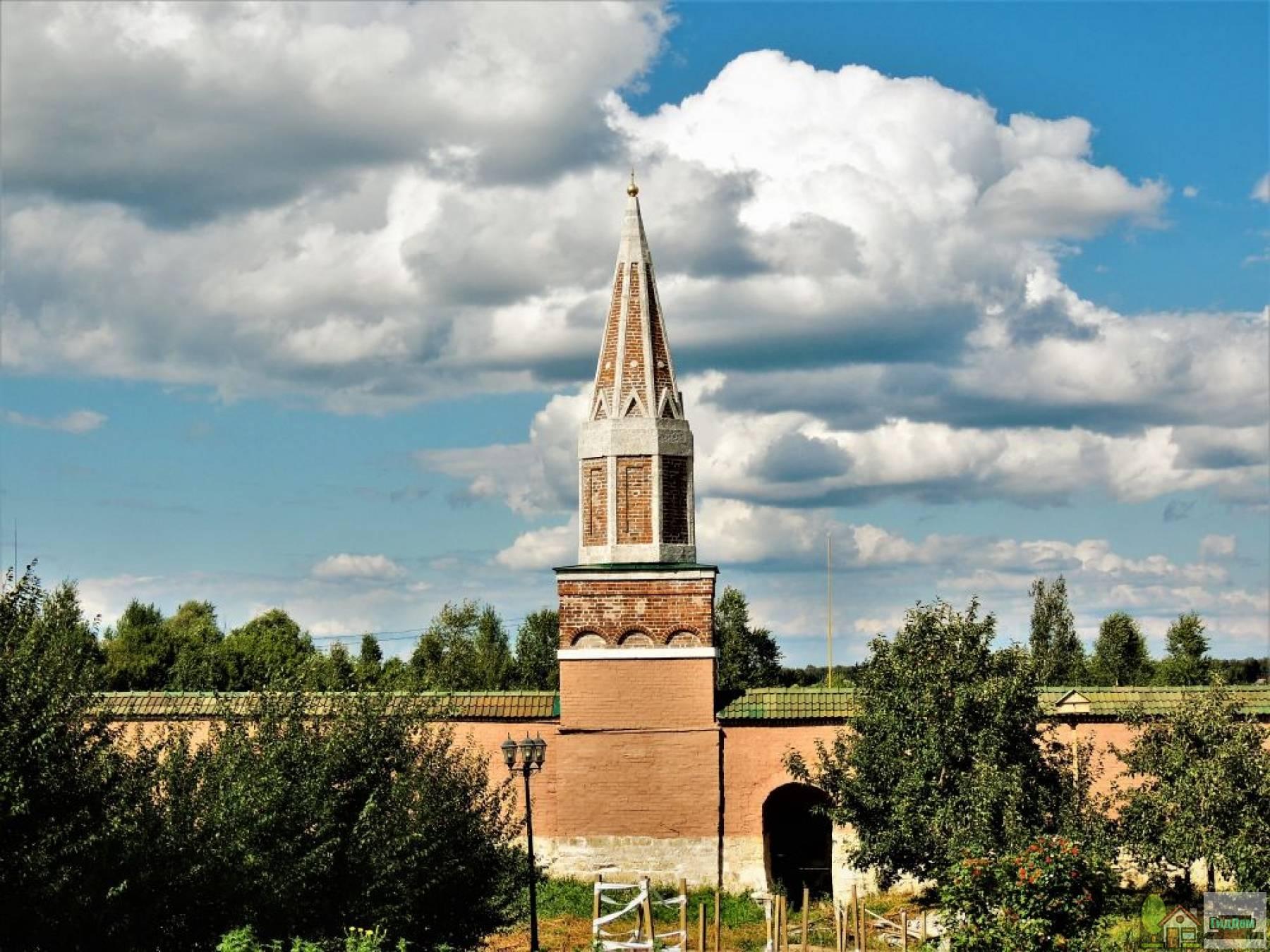 Башня северная с надкладезной часовней Старо-Голутвина монастыря