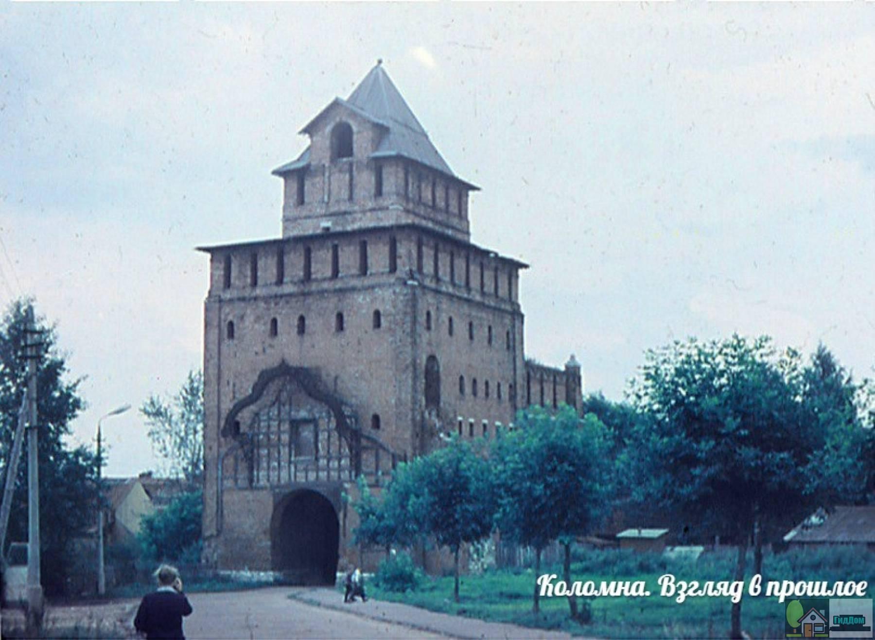 Пятницкие ворота на фотографии 1973 года