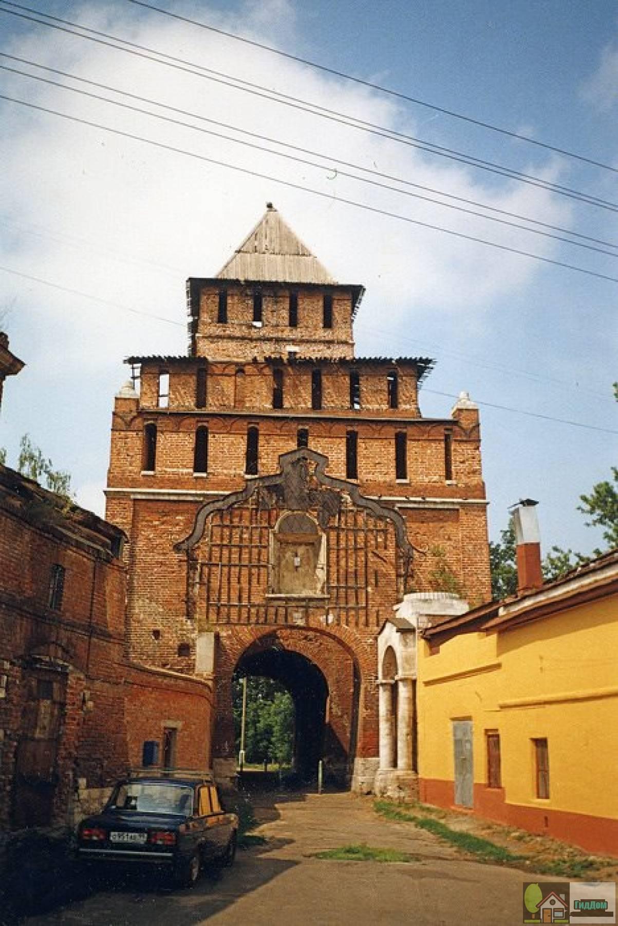 Пятницкие ворота на фотографии 2001 года