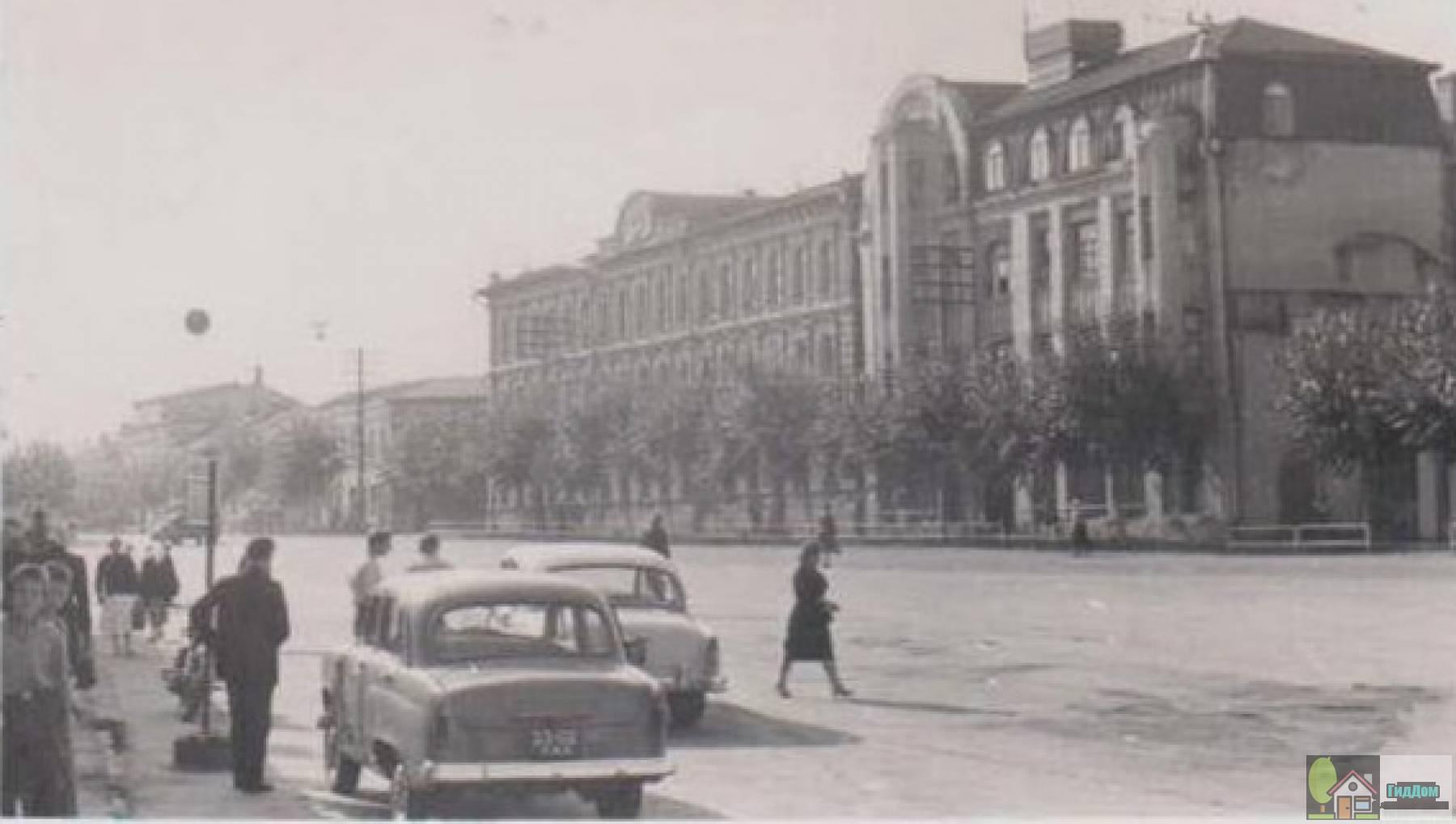 Горисполком в 1950-е годы. Снимок загружен из открытых источников. Автор неизвестен.