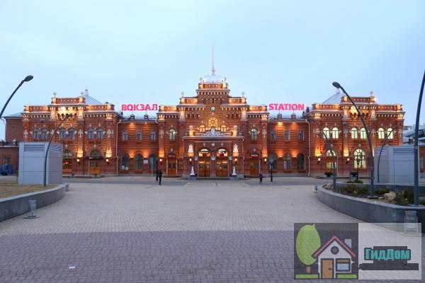 Общий вид на Главное здание Казанского железнодорожного вокзала. Снимок сделан 14 апреля 2014 года. Автор снимка Ncnever. Снимок загружен из открытых источников (Википедия).