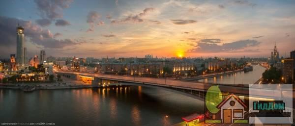 Вид на Космодамианскую набережную и ул. Земляной Вал