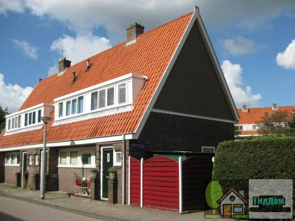 (Blok met 4 keukenwoningen, zo genoemd vanwege destijds nieuwe plaatsing van keuken aan de voorzijde, aan de zijkant een houten topgevel, bouwstijl Amsterdamse School, aansluitend op andere keukenwoningen in [[Tuindorp
