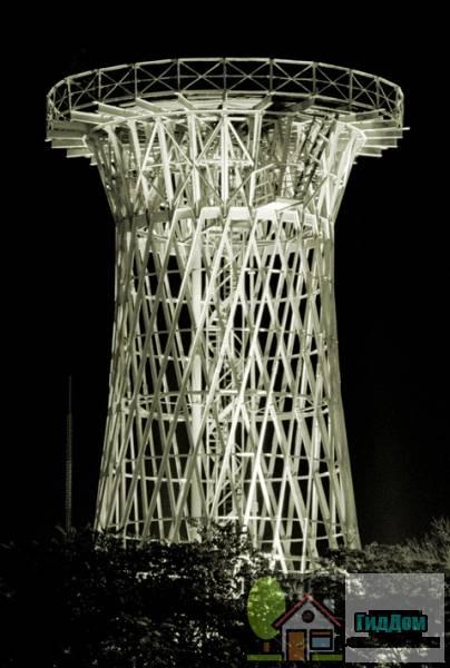 Общий вид на водонапорную башню по проекту Шухова в Краснодаре (объект культурного наследия РФ № 2310006000). Координаты: 45°02′21″ с. ш. 38°58′22″ в. д. Снимок сделан не позднее 2003 года. Автор Юрий Зайцев (Yuriy Zaytsev). Файл загружен из открытых источников (Википедия).