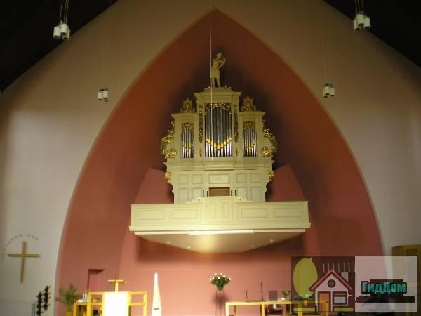 ([[Tuindorpkerk (Utrecht) Tuindorpkerk]], vanwege het orgel met hoofdwerk en onderpositief en aangehangen pedaal). Загружен из открытых источников.