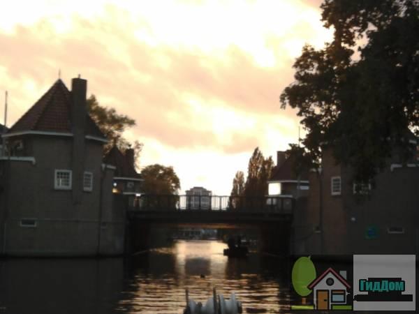 (Over het Amstelkanaal gelegen brug)
