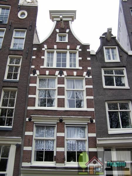 (Huis, waarvan de latere gevel in de 2e helft van de 19e eeuw zeer is verbouwd)