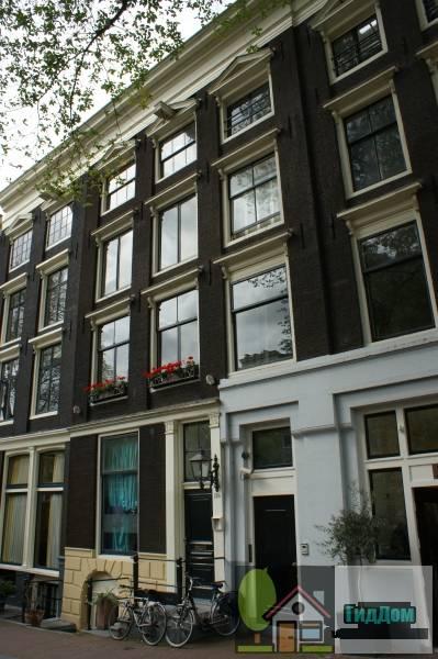 (Onderdeel van een drie huizen omvattend pand met lisenengevel onder rechte lijst en vensterfrontons)