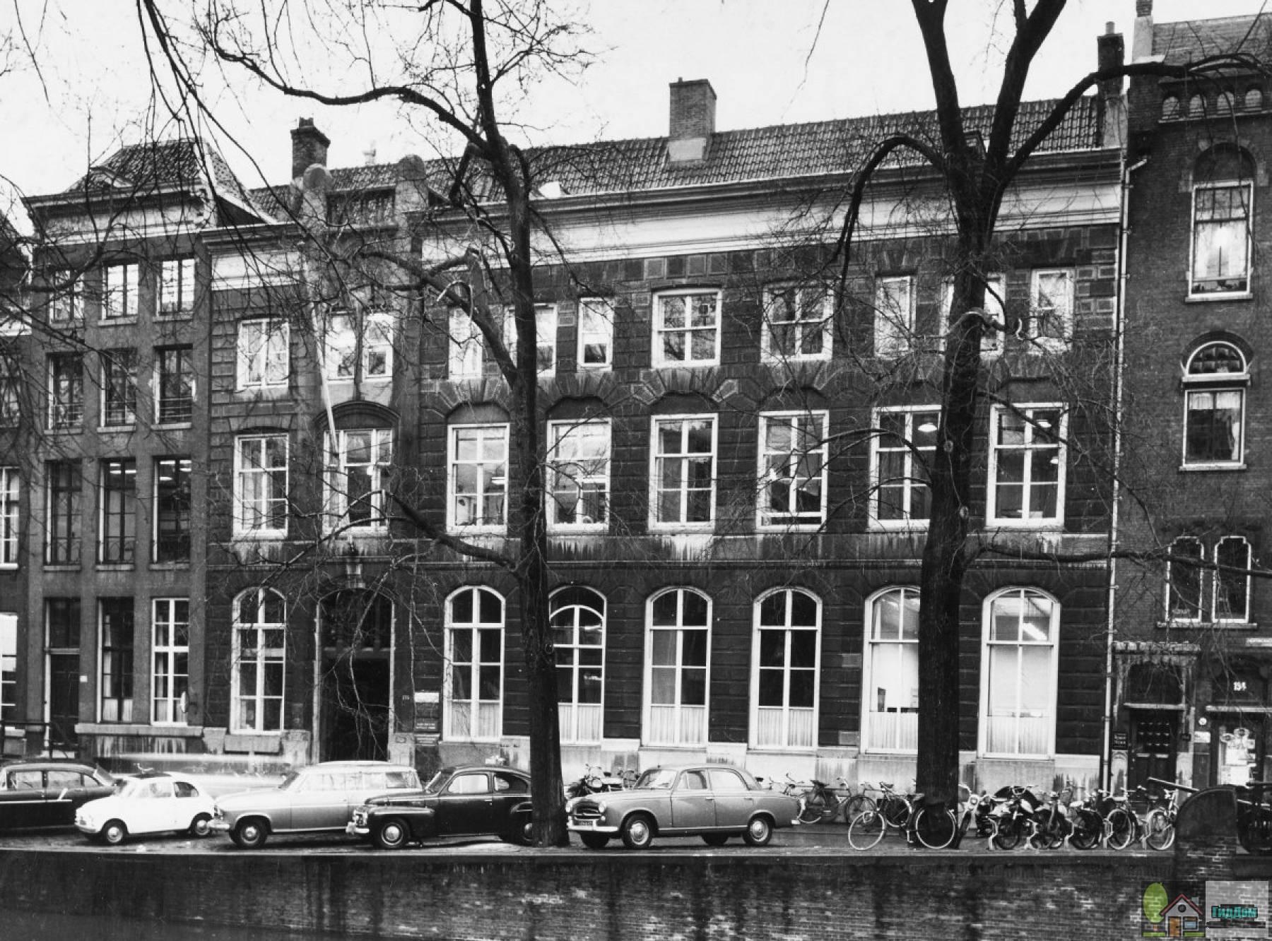 (Pand bestaande uit twee samengetrokken huizen en een in 1906 bijgebouwd gedeelte)