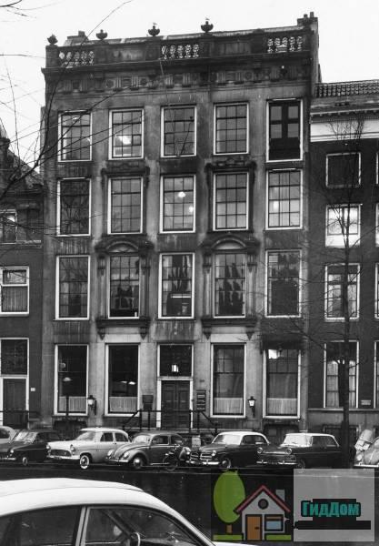 (Dubbel huis met zandstenen gevel onder triglyfenlijst en attiek, voorzien van gebeeldhouwde vensteromlijstingen in twee traveeën, een deur)