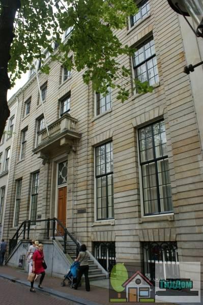 (Dubbel huis met gelaagde zandstenen gevel met midden- en hoekrisalieten, deuromlijsting en balcon)