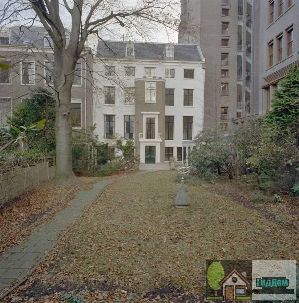 (Dubbel huis met gevel voorzien van middenrisaliet en hoeklisenen)