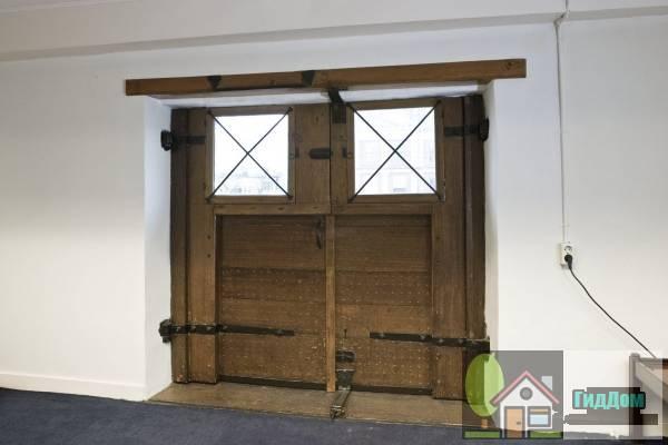 (Dubbel huis met gevel van drie traveeën met zandstenen hoeklisenen, deuromlijsting en triglyfenlijst en bakstenen attiek)
