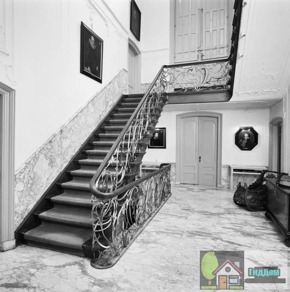 (Dubbel huis met zandstenen gevel onder triglyfenlijst en attiek, met middenpartij waarin balcon)
