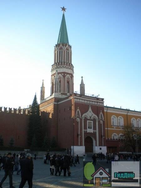 Вид вполоборота на Никольскую башню Московского кремля со стороны красной площади с востока. Снимок сделан во время посещения Красной площади большим количеством туристов в связи с чем на снимке много народу.