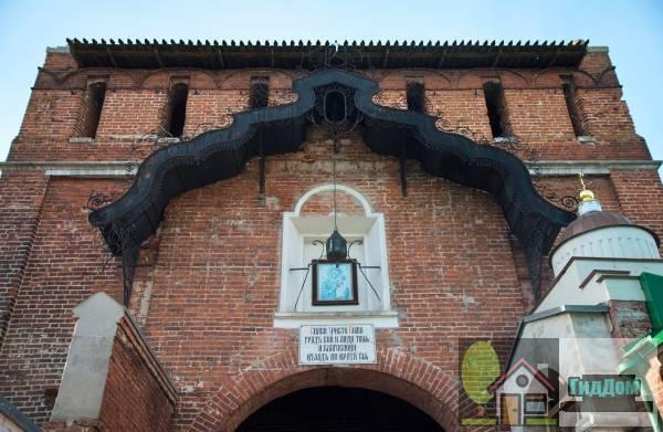 Ворота Пятницкие с часовней Антипы Пергамского