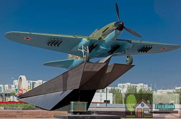 Самолет-штурмовик ил-2 - памятник трудовой и боевой славы куйбышевцев в годы Великой Отечественной войны