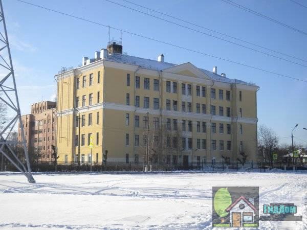 Вид в три четверти на зданиt школы № 11 со стороны улицы Дзержинского от пересечения с улицей Бессонова. Снимок сделан в солнечный зимний день.