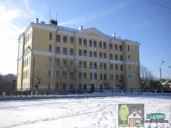 Вид спереди на здание школы №11 по адресу улица Дхержинского, дом 27