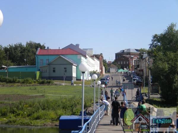 Общий вид на улицу Зайцева в Старой Коломне с понтонного моста через Москва-реку. Снимок сделан в светлое время суток при ясной погоде.